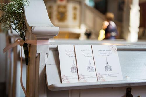 Kirchenheft im Design der Einladungskarte zur Hochzeit
