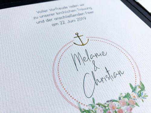 Individuelle Hochzeitskarte. Pocketfoldkarte mit Goldprägung und Blumenmotiv