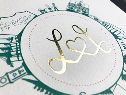Individuelle Hochzeitseinladung. Klappkarte mit Goldprägung im gestalteten Logo